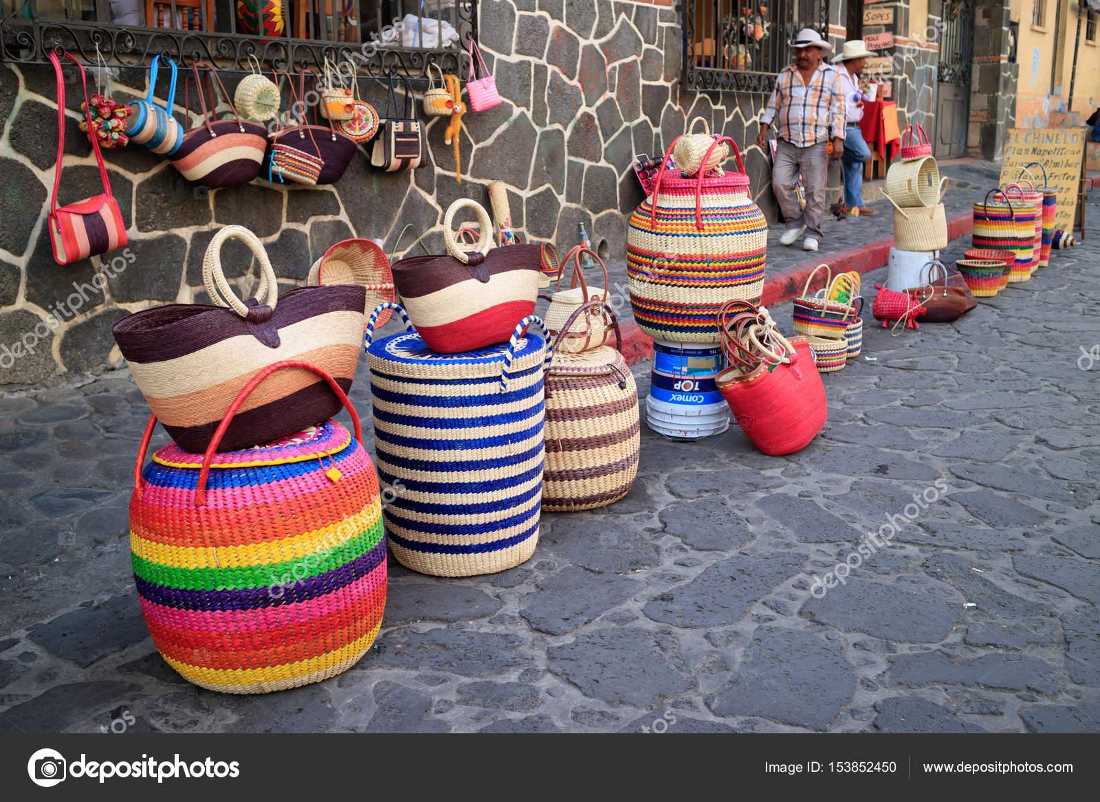 56a27d69f3 Carteras del mercado de Tepoztlán– imagen de stock