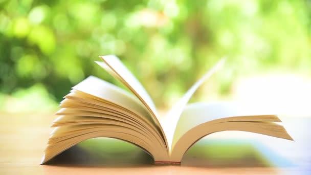 Könyv oldalait fordul a szél kerti asztal