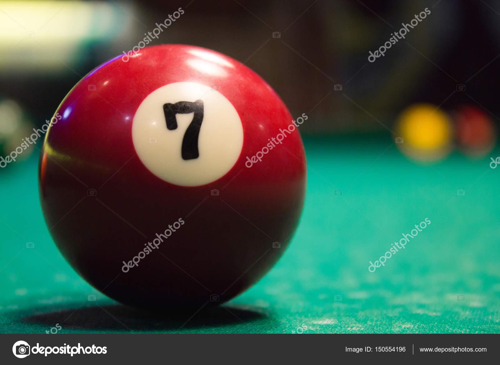 8de5aa77869 Bola de bilhar vermelho no número 7 encontra-se na mesa de bilhar —  Fotografia
