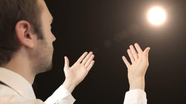 Vrásčitá modlitbě ruce starého muže zvyšování do nebe, sáhl po mystické božský duch v sky víru, naději, lásku, náboženství. Lesklé světlo
