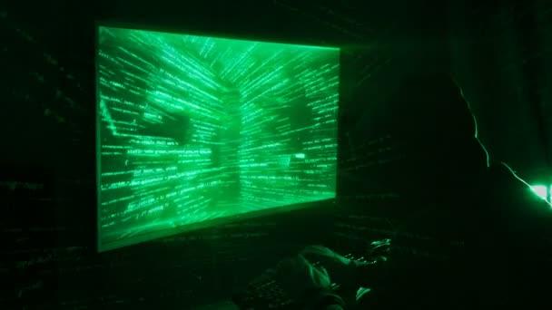 Un hacker de hombre en una campana en un cuarto oscuro funciona con ...