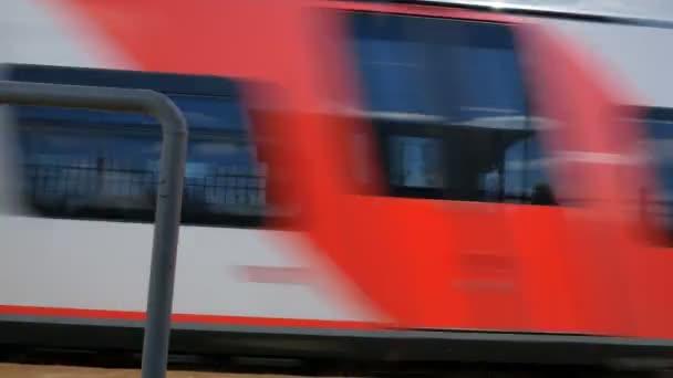 Vlak, kolem železniční stanice