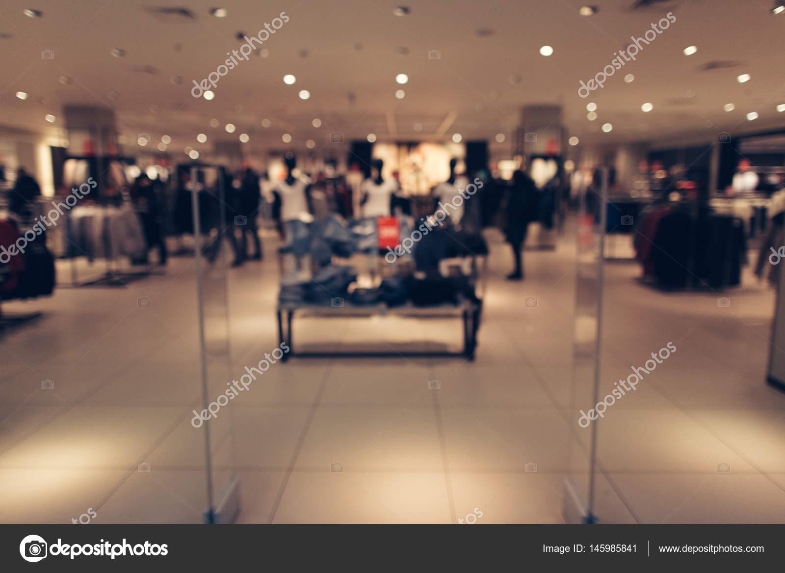 2b0c009ff465 Vestiti negozio sfondo sfocato. Negozio di abbigliamento nel centro  commerciale. Priorità bassa vaga —