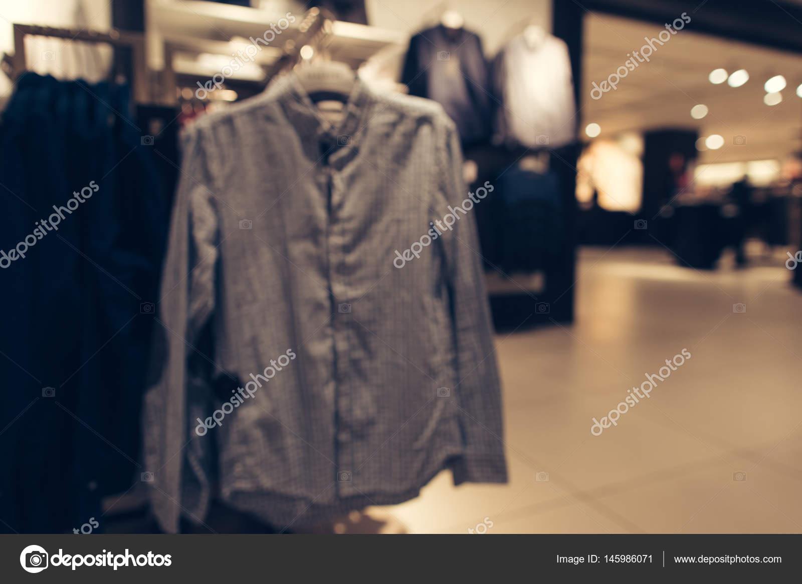 711bdaf967f6 Conservare i vestiti degli uomini. Camicia uomo nel negozio di vestiti.  Priorità bassa vaga– immagine stock