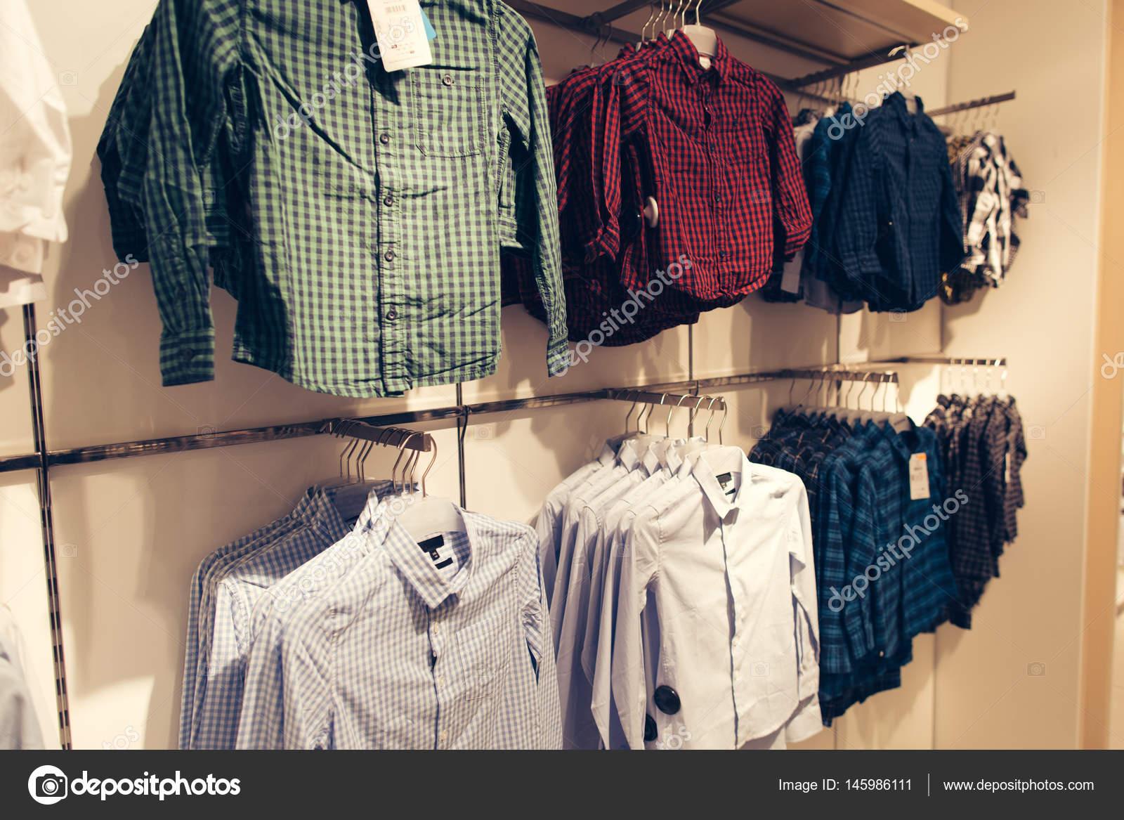 f0bca7b5ef8c64 Mężczyźni odzież sklep. Koszule w mężczyzn ubrania sklep w centrum  handlowym. Koszule męskie różne są gotowe do sprzedaży– obraz stockowy