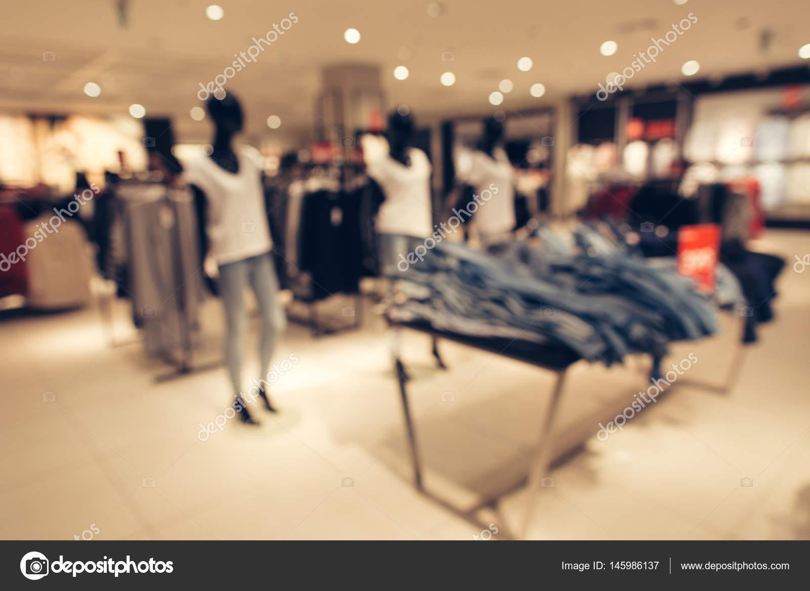 692fcfa36100 Vestiti delle donne conservare sfondo sfocato. Negozio di abbigliamento  donna nel centro commerciale. Priorità