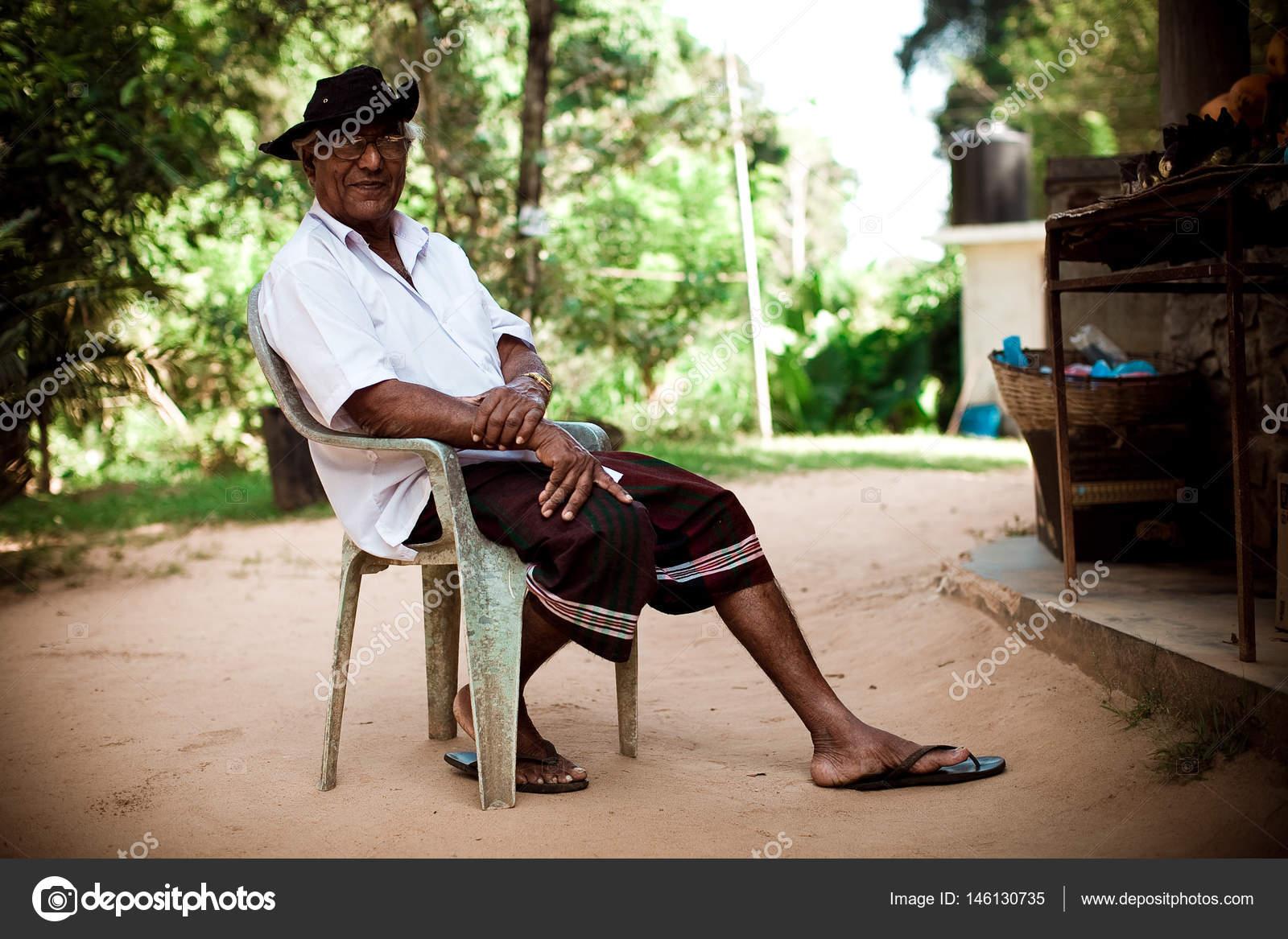 Stoel Voor Ouderen : Indische mensen. ouderen indier in hoed en bril rusten en zit op