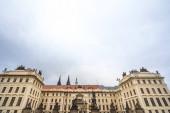 Nový Královský palác nebo Nový královský palác na Pražském hradě (Pražský Hrad), spatřen ze své hlavní brány, se sochami wrestlingových obrů, nazývanými také sousosi boj titanu, památkou Prahy Česko