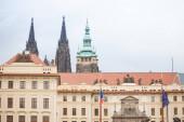 Nový Královský palác nebo Nový královský palác na Pražském hradě (Pražský Hrad), z hlavní vstupní brány na Hradčanech, mezník Prahy