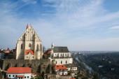 Panorama Znojma staré město v České republice, kostel sv. Mikuláše, Kostel sv. Mikuláše a staré středověké budovy s pozadím řeky Thaya. Je to památka jižní Moravy