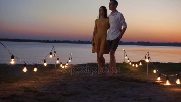 n szerelmi pár csók naplementekor