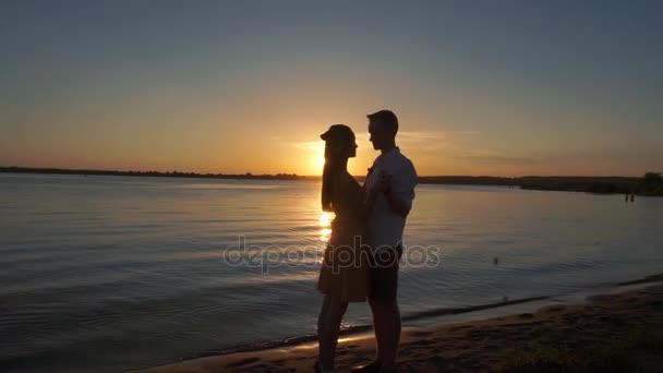 Silhouette Paar küsst sich über Sonnenuntergang Hintergrund