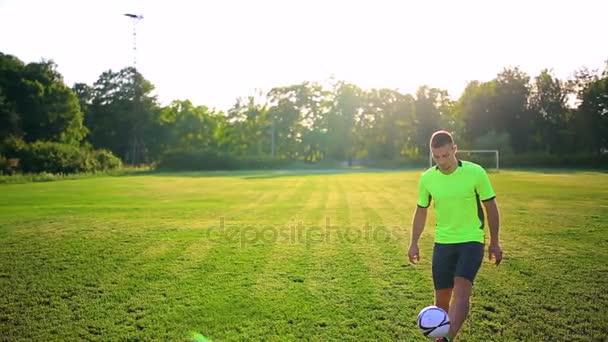 Sport, Fußball und Menschen - Fußballer spielen und jonglieren mit Ball auf dem Feld