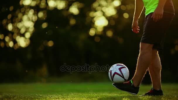 Nahaufnahme der Füße oben auf dem Ball auf der Linie