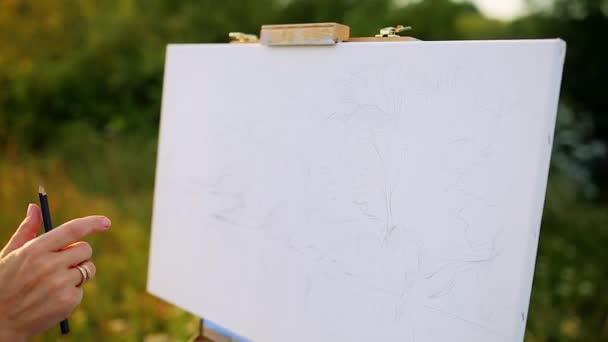 Oříznuté closeup pulzující více barevné olej nebo Akrylové barvy smíšen s stěrkou na dřevěné palety: a umělec