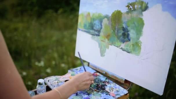 Okouzlující žena sedí na přehoz v parku během slunečného letního dne a dokončovací nakreslit obrázek akvarel Paints nádhernou