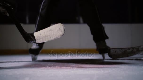 hokej rozhodčí produkuje vhazování a dva hráči začnou bojovat o puk. Zpomalený pohyb