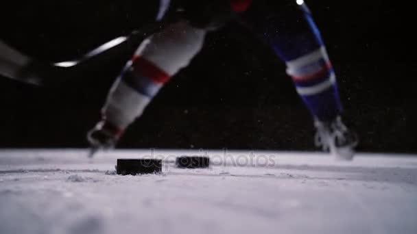 Profesionální hokejista produkuje ránu na branku v ice Areně. Detail. Zpomalený pohyb