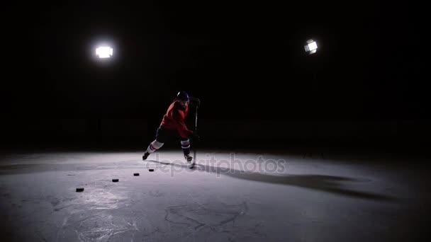 Profesionální hokejista produkuje ránu na branku v ice Areně