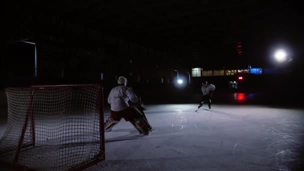 Profesionální hokejisté hrají přestřelce. Hráč, který má trest hokejový brankář. Steadicam