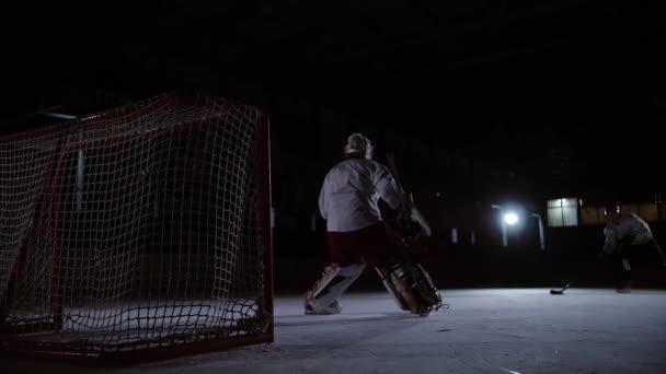 Profi jégkorong játékos játszik a shootout. Az a játékos, aki veszi a büntetés jégkorong kapus. Steadicamnél.