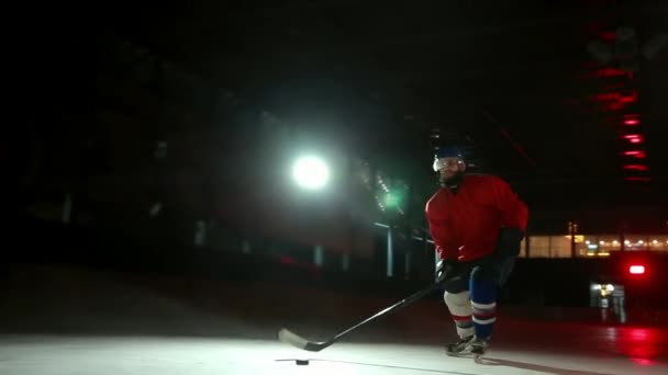 Profesionální hokejisté hrají přestřelce. Hráč, který má trest hokejový brankář. Steadicam.