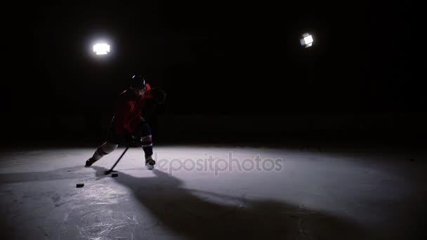 Profesionální hokejista produkuje ránu na branku v ice Areně.