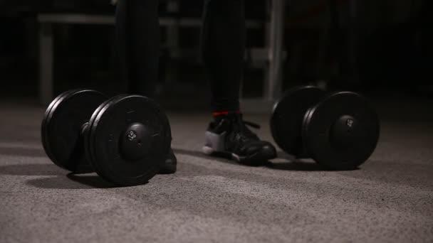 Sportovní košili mladé sportovní - fitness model háže činka v posilovně. Detail
