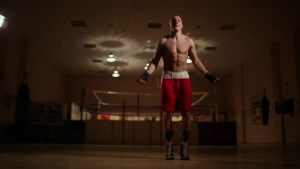 Kardio cvičení z profesionální boxer. Skákání přes švihadlo.
