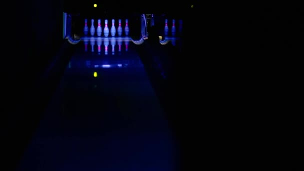Druh szdai, člověk dělá bowlingové koule, přeruší stojící kuželky a zůstává stát samostatně. stroj má zlomené kolíky