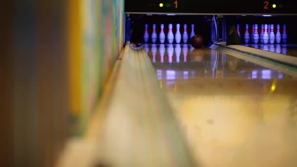 V herní klub pro bowling hráč hodí bowlingovou kouli, která srazí kuželky. Dvojité házet, míč klepe část kolíky a končí druhý hod