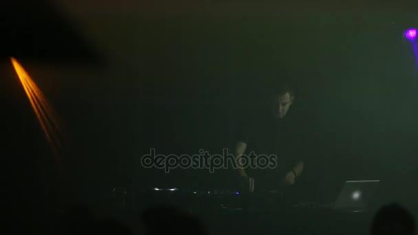 DJ lavora in un club in una discoteca