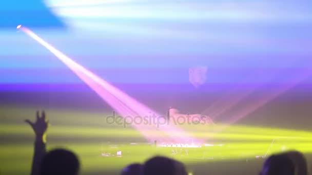 Un Dj professionista lavora nel club. Persone stanno ballando in primo piano