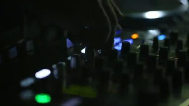 Ballare nel club di notte. Opere di DJ per il controllo remoto