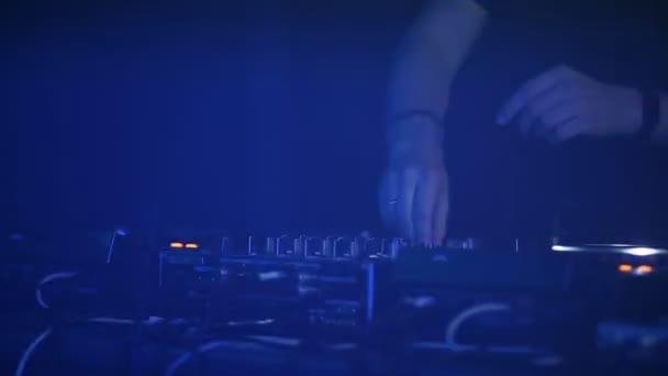 Professional Dj funziona close-up della Soundbar a una festa