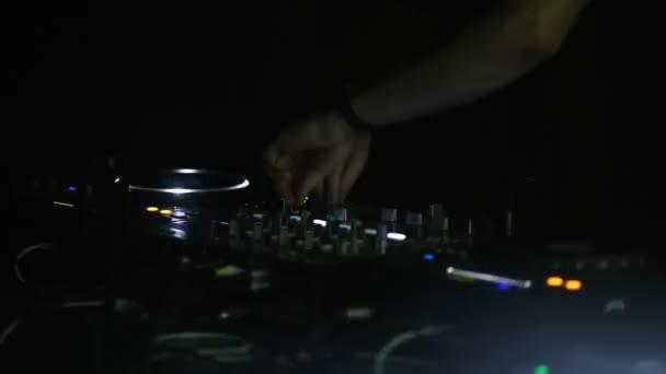 Professional Dj funziona close-up della Soundbar presso una festa discoteca. Movimenti di macchina