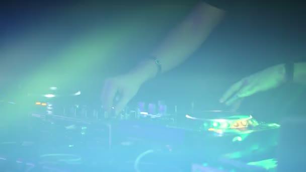 Professional Dj funziona close-up della Soundbar presso una festa discoteca. Illuminazione