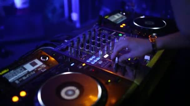 Szakmai közelről egy sound panel egy partin egy szórakozóhely. Könnyű zene. Az első emberek tánc. Hang keverő.