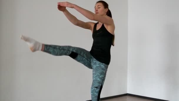 Két női sportolók sport ruha végez a step-up emelés lábukat. Nyújtó és  paletes 3782f45b65