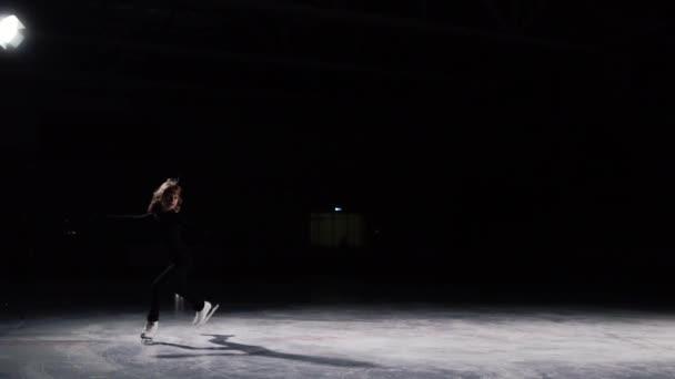Szakmai nő, műkorcsolyázó, hogy a fekete öltönyt a versenyen, a szám korcsolyázás, végez egy hármas forradalom körül a tengely a folytatásban. És véget ér a műsor-val egy íj. A kamera mozog