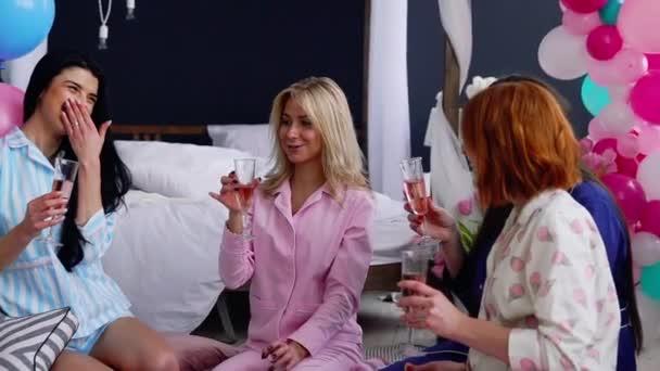 Družičky, sedí v kruhu narážela naléval šampaňské přání a říct šťastný pro hrozící manželství. Gratulujeme k radostnou událost. Dámské Pre-Svatební hostina. Smích a radost