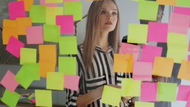Kreativní podnikání tým diskuzí spolupráce sdílení dat pozdě v noci po hodinách v kanceláři moderního skla