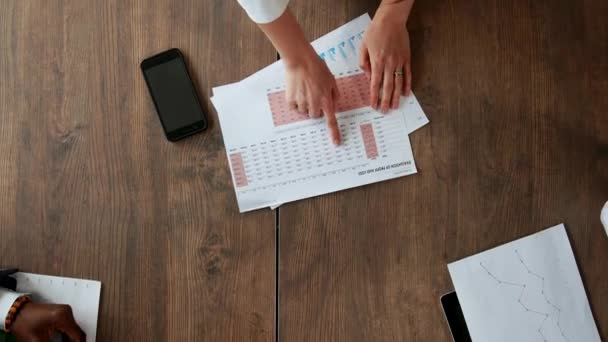Felülnézete a nagy asztal, amely mögött a Hivatal csapat kreatív vezetők, a különböző nemzetiségű teszi ötletgyűjtéshez használható. Makró kamerát mozog végig az asztalon, elterjedt a dokumentumok, a pénzügyi