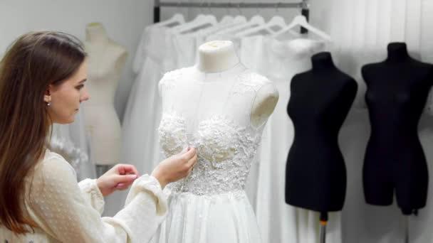 retrato de una muchacha creando un vestido de novia por exclusivo