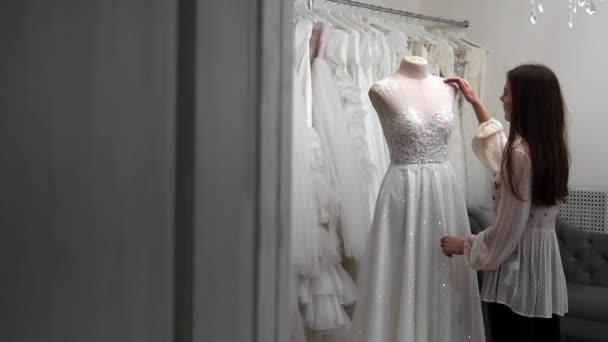 Piękna Dziewczyna Szuka Sukni ślubnej W Kabinie W Porównaniu Do