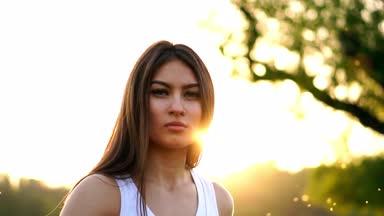 Fiatal gyönyörű nő hallgat zenét a park rövid idő futás. Fülhallgató őszén  kamera a parkban f21eddd19c