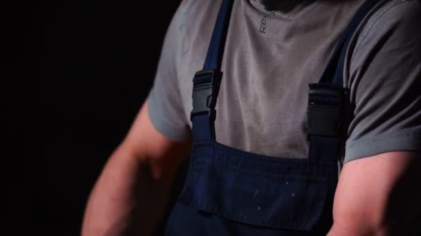 průmyslový inženýr pracující na řezání kovu a oceli s složené pokosové viděla s ostrými, kruhové nože