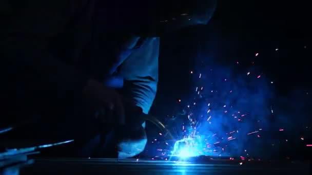 Closeup průmyslový dělník v továrně, svařování, pracovník svařování v průmyslové výrobě.