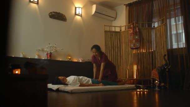Ázsiai Gyönyörű fiatal nő Élvezi pihenés Fogadása vissza Masszázs és esszenciális olaj aroma terápia kozmetikai spa szalon központ. Test bőrápolás szépség kezelés koncepció