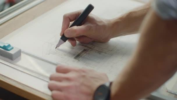 Zár-megjelöl-ból építész keze, így a tervezet ház közelében ablak hivatalban. Koncepció: építészet, a tervezet ház, a papír munkát.